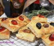 Zeytinli kekikli ve Çeri Domatesli biberiyeli Focaccia Ekmeği