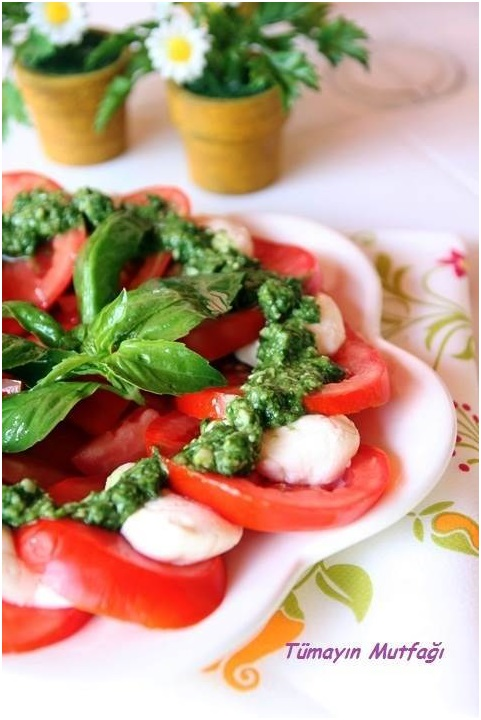 Pesto Soslu Mozarellalı Salata