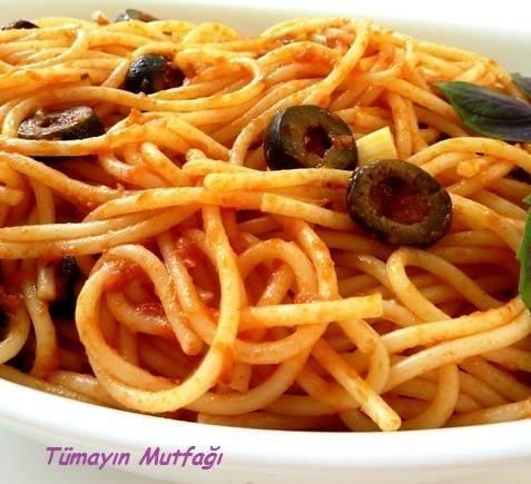 Domates Soslu ve Zeytinli Spagetti